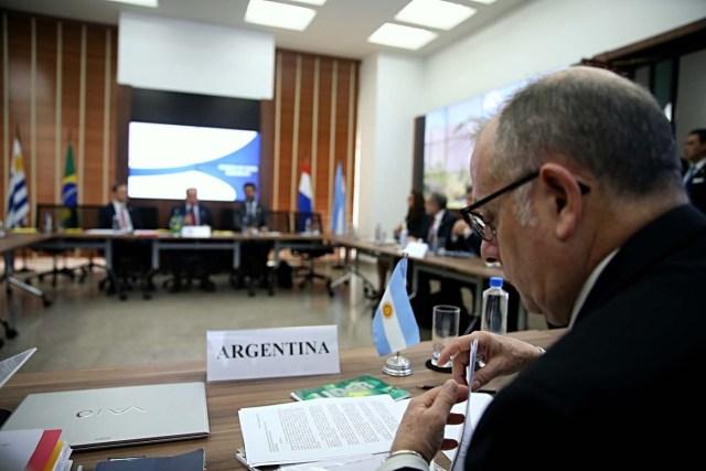 """BRA109. SAO PAULO (BRASIL), 05/08/2017.- El canciller de Argentina Jorge Faurie participa en la reunión de cancilleres de los países miembros del Mercosur hoy, sábado 5 de agosto de 2017, en Sao Paulo (Brasil). Los cancilleres de los países fundadores del Mercosur, reunidos hoy en Sao Paulo, decidieron aplicar por unanimidad el Protocolo de Ushuaia sobre Compromiso Democrático, conocido como """"cláusula democrática"""" del bloque y que amplia la suspensión contra Venezuela. EFE/FERNANDO BIZERRA JR."""