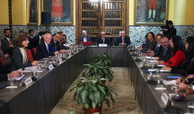 LIM03. LIMA (PERÚ), 08/08/2017.- El canciller de Perú, Ricardo Luna (c, fondo), preside la mesa de reunión de cancilleres y ministros de Relaciones Exteriores de América y el Caribe hoy, martes 8 de agosto de 2017, en Lima (Perú). Los cancilleres y representantes de 17 países de América y el Caribe iniciaron hoy en Lima una reunión convocada de urgencia por Perú, para buscar una posición conjunta y propiciar una salida negociada a la crisis política y social en Venezuela. Se prevé que tras el encuentro se emita una resolución conjunta sobre el orden constitucional en Venezuela, de rechazo a la nueva Asamblea Constituyente y a favor de los derechos humanos del pueblo venezolano. EFE / Ernesto Arias