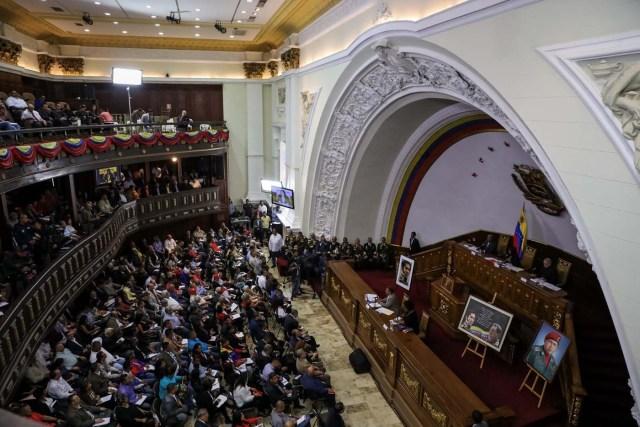 VZL03. CARACAS (VENEZUELA), 08/08/2017.- Vista general de la segunda sesión plenaria de la Asamblea Nacional Constituyente hoy, martes 8 de agosto de 2017, en Caracas (Venezuela). La Asamblea Nacional Constituyente de Venezuela, electa hace poco más de una semana y de composición oficialista, inició hoy una sesión para definir su funcionamiento como poder plenipotenciario, luego de haber tomado los espacios del Parlamento hasta ahora controlado por la oposición. En esta, su segunda plenaria desde que fue instalada, los constituyentes debatirán las normas de funcionamiento del cuerpo integrado por más de 500 asambleístas, y con poderes suficientes para refundar el Estado, redactar una nueva Constitución, sin que ningún otro poder público pueda oponerse. EFE/Miguel Gutiérrez