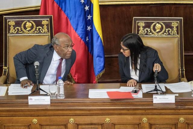 VZL06. CARACAS (VENEZUELA), 08/08/2017.- La presidenta de la Asamblea Nacional Constituyente, Delcy Rodríguez (d), conversa con el primer vicepresidente, Aristóbulo Istúriz (i), durante la segunda sesión plenaria de la Asamblea Nacional Constituyente hoy, martes 8 de agosto de 2017, en Caracas (Venezuela). La Asamblea Nacional Constituyente de Venezuela, electa hace poco más de una semana y de composición oficialista, inició hoy una sesión para definir su funcionamiento como poder plenipotenciario, luego de haber tomado los espacios del Parlamento hasta ahora controlado por la oposición. En esta, su segunda plenaria desde que fue instalada, los constituyentes debatirán las normas de funcionamiento del cuerpo integrado por más de 500 asambleístas, y con poderes suficientes para refundar el Estado, redactar una nueva Constitución, sin que ningún otro poder público pueda oponerse.EFE/Miguel Gutiérrez