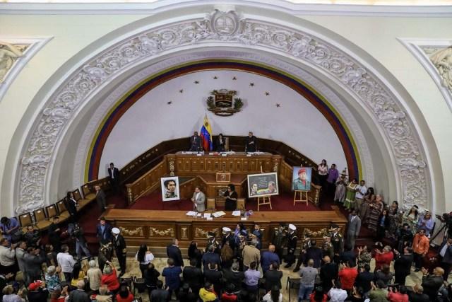 VZL10. CARACAS (VENEZUELA), 08/08/2017.- Vista general de la segunda sesión plenaria de la Asamblea Nacional Constituyente hoy, martes 8 de agosto de 2017, en Caracas (Venezuela). La Asamblea Nacional Constituyente de Venezuela, electa hace poco más de una semana y de composición oficialista, inició hoy una sesión para definir su funcionamiento como poder plenipotenciario, luego de haber tomado los espacios del Parlamento hasta ahora controlado por la oposición. En esta, su segunda plenaria desde que fue instalada, los constituyentes debatirán las normas de funcionamiento del cuerpo integrado por más de 500 asambleístas, y con poderes suficientes para refundar el Estado, redactar una nueva Constitución, sin que ningún otro poder público pueda oponerse.EFE/Miguel Gutiérrez