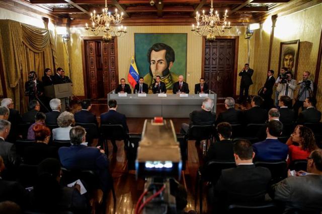 El canciller venezolano, Jorge Arreaza (c-fondo), preside una reunión con el cuerpo diplomático presente en Venezuela hoy, sábado 12 de agosto del 2017, en la sede de la Cancillería en Caracas (Venezuela). EFE/Miguel Gutiérrez