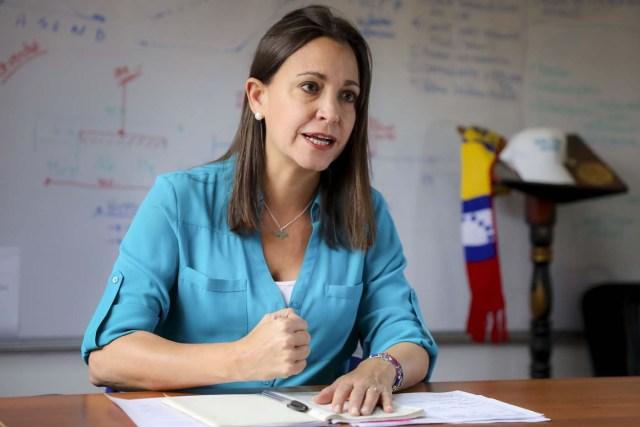 VEN04. CARACAS (VENEZUELA), 15/08/2017 - Fotografía del 14 de agosto de 2017, de la dirigente opositora venezolana María Corina Machado durante una entrevista con Efe en Caracas (Venezuela). María Corina Machado, cuyo movimiento político se ha separado de la Mesa de la Unidad Democrática (MUD), se mantiene firme, en una entrevista con Efe, en que lo único que se puede negociar con el Gobierno es la salida del presidente Nicolás Maduro. Machado insiste además en que no ha sido su organización, Vente Venezuela, la que se ha apartado de la alianza opositora, sino otros partidos, en respuesta a su papel en la ruptura, motivada por la decisión de la MUD de presentarse a las elecciones regionales de octubre. EFE/Miguel Gutiérrez