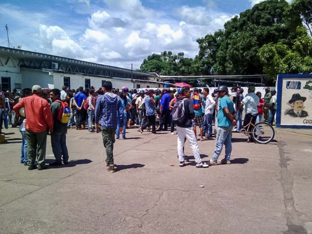 """VEN10 - PUERTO AYACUCHO (VENEZUELA), 16/8/2017.- Familiares de reos permanecen en las inmediaciones de la morgue del Hospital central """"José Gregorio Hernandez"""" mientras funcionarios de la Guardia Nacional Bolivariana custodian las inmediaciones del recinto hoy, 16 de agosto del 2017, en la ciudad de Puerto Ayacucho, Venezuela. Al menos 37 personas murieron y 14 funcionarios resultaron heridos durante la toma de una prisión de Puerto Ayacucho, en el estado Amazonas, al sur de Venezuela, informó hoy el Ministerio Público (MP). EFE/Pedro zapata"""