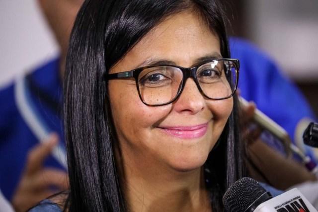 """-FOTODELDÍA- VZL02. CARACAS (VENEZUELA), 16/08/2017.- La presidenta de la Asamblea Nacional Constituyente, Delcy Rodríguez, asiste a la ceremonia de instalación de la Comisión de la Verdad hoy, miércoles 16 de agosto de 2017, en el Museo Boliviano de Caracas (Venezuela). La Asamblea Nacional Constituyente instaurada por el oficialismo en Venezuela decidirá a través de la llamada Comisión de la Verdad, instalada hoy, qué candidatos pueden presentarse a las elecciones a gobernadores en octubre, en las que la oposición aspira a arrebatar el poder regional al chavismo. Según Rodríguez, este órgano plenipotenciario ha solicitado al Poder Electoral un listado completo de quienes se han inscrito, """"a fin de determinar si algunos de los postulados está incurso en algún hecho de violencia que haya afectado la paz y la tranquilidad pública"""". EFE/Miguel Gutiérrez"""