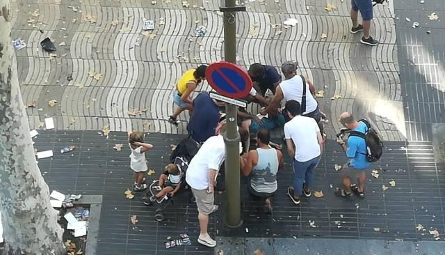 Gente atendiendo a una persona arrollada por la furgoneta / foto: El País
