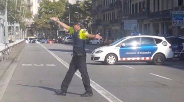 Captura de pantalla de un policía vigilando una calle luego de que una furgoneta atropellara a decenas de personas en el centro de Barcelona, España, ago 17, 2017. REUTERS TV via REUTERS