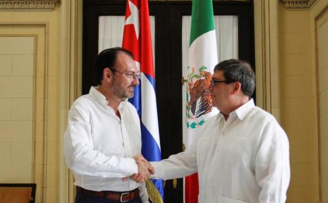 El canciller de Cuba, Bruno Rodríguez (R), estrecha la mano con el canciller mexicano Luis Videgaray en el Ministerio de Relaciones Exteriores en La Habana