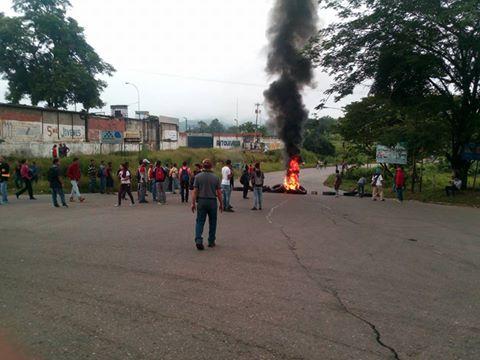 Foto: Protesta en Santa Teresa del Tuy por aumento del pasaje  / Cortesía