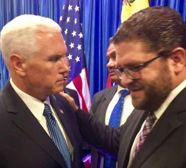El vicepresidente de EEUU, Mike Pence, junto al alcalde de Lechería, Gustavo Marcano