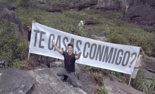 El cantante Chyno Miranda,ex integrante del dúo Chino y Nacho, le propuso matrimonio a su novia Natasha Oraos, en la cima del Salto Ángel