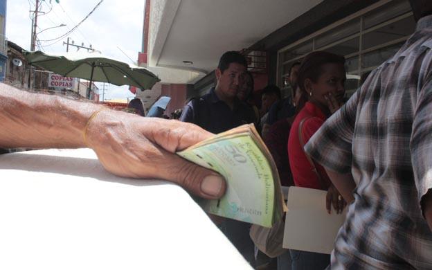 Los ciudadanos siguen padeciendo para poder surtirse de efectivo. (Foto: Carlos Sosa)