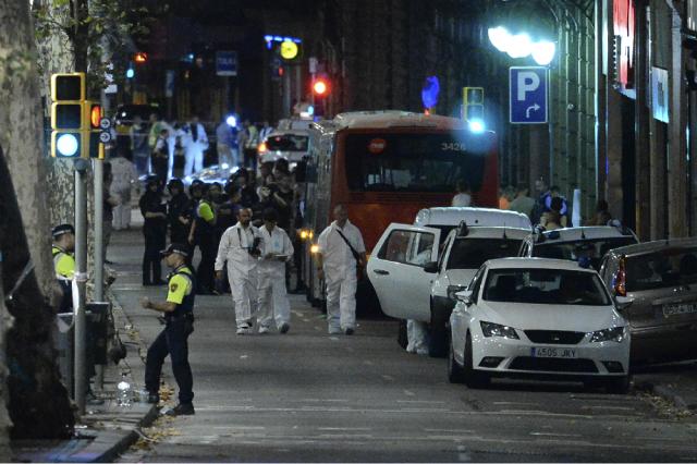 Los policías forenses llegan a la zona del atentado ocurrido este jueves en Barcelona. Infobae