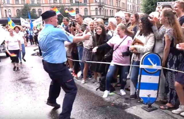 """Foto: Este policía suizo se desató bailando """"Despacito"""" durante desfile de orgullo gay"""