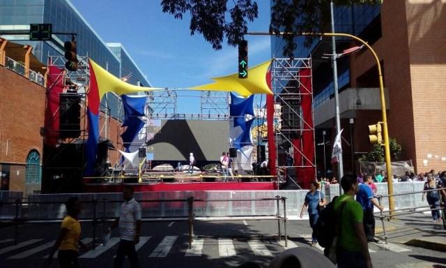 Tarima en el centro de Caracas // Foto @CarlosEscolar2