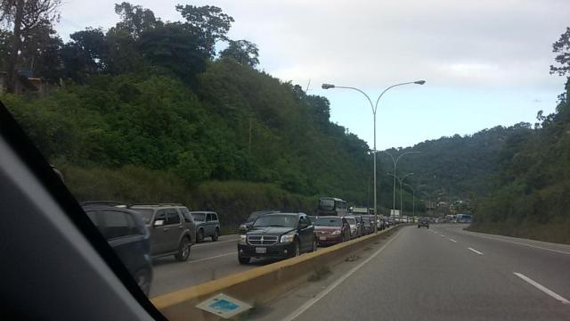 Más de 3 kilómetros de cola genera punto de control de la GN en Tazón // Foto @leomoron