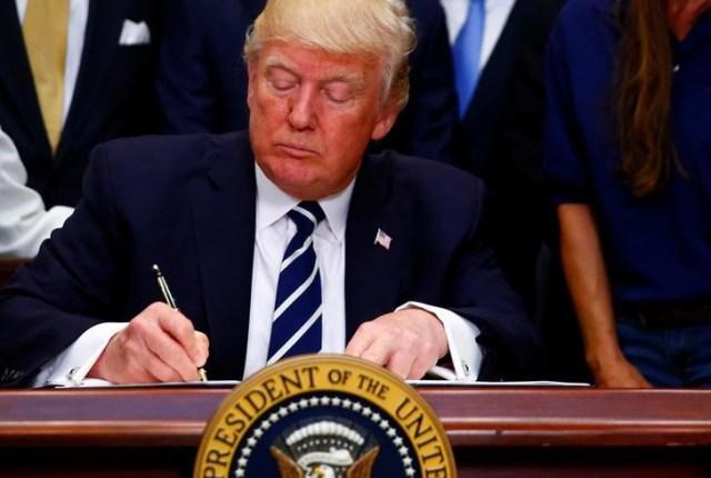 Imagen de archivo del presidente de Estados Unidos, Donald Trump, firmando decretos en la Casa Blanca REUTERS/Eric Thayer