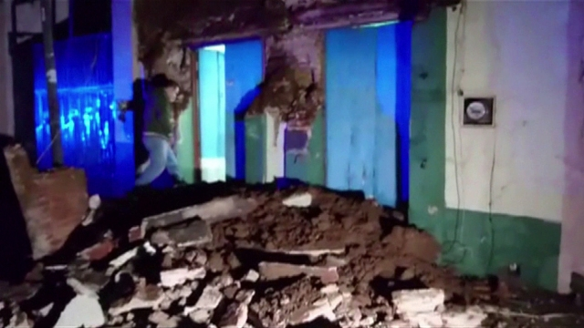 A video grab made from AFPTV footage shows damage to a building in downtown Oaxaca on September 8, 2017 after a powerful 8.2-magnitude earthquake rocked Mexico late on September 7, killing at least five people and triggering a tsunami alert in what the president called the quake-prone country's biggest one in a century. / AFP PHOTO / AFPTV / Oscar GARCIA