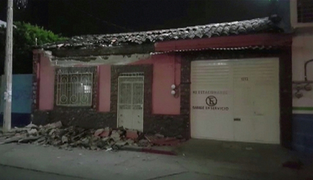 A video grab made from AFPTV footage shows damage to a building in Tuxtla Gutierrez, south of Veracruz, on September 8, 2017 after a powerful 8.2-magnitude earthquake rocked Mexico late on September 7. A powerful 8.2-magnitude earthquake rocked Mexico late September 7, killing at least 15 people and triggering a tsunami alert in what the president called the quake-prone country's biggest one in a century. / AFP PHOTO / AFPTV / Carlos SANTOS AND Lizbeth CUELLO