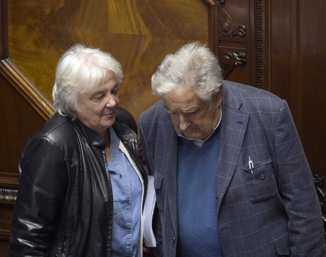 Uruguay's new vice-president Lucia Topolansky (L) talks with her husband, senator and former president Jode Mujica, after the swearing-in ceremony in Montevideo, on September 13, 2017. Topolansky replaces Raul Sendic, who resigned on Saturday over allegations he used public money for personal shopping. / AFP PHOTO / MIGUEL ROJO