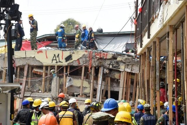 Trabajadores de rescate participan en la búsqueda de sobrevivientes y cadáveres en la Escuela Primaria Enrique Rebsamen en la Ciudad de México el 21 de septiembre de 2017, dos días después de un fuerte terremoto en el centro de México. / AFP PHOTO / Alfredo ESTRELLA (Foto archivo)
