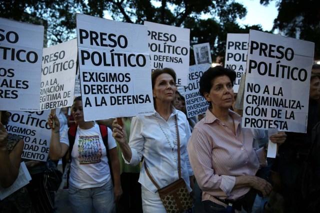 enarbola un cartel este jueves en Caracas, que recuerda a los jóvenes muertos durante los meses de violentas protestas contra el régimen de Nicolás Maduro REUTERS/Andres Martinez Casares