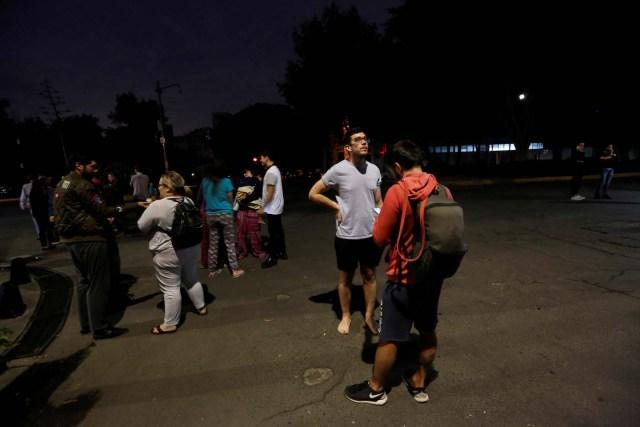 Personas se reúnen en una calle después de que un terremoto sacudió a Ciudad de México, la noche del 7 de septiembre del 2017. REUTERS/Claudia Daut