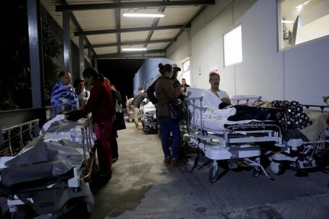 Pacientes y familiares aguardan fuera del Instituto de Seguridad y Servicios Sociales de los Trabajadores del Estado (ISSSTE) en la ciudad de Puebla luego de que un terremoto sacudió a la costa sur de México, 8 de septiembre del 2017. REUTERS/Imelda Medina