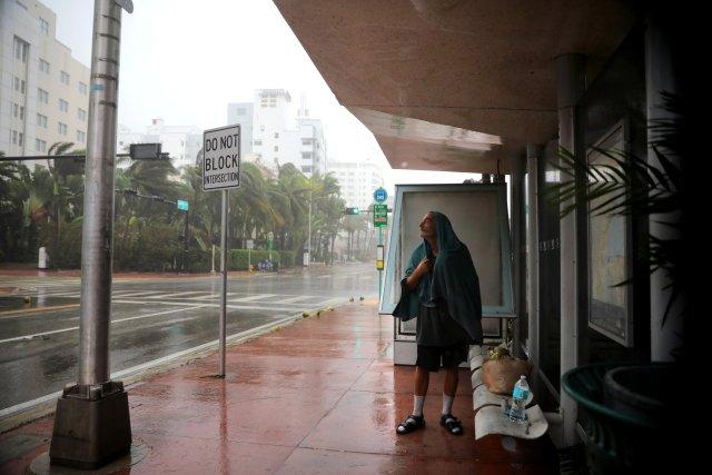Un indigente busca refugio de las lluvias ocasionadas por el huracán Irma en Florida, EEUU. REUTERS/Carlos Barria