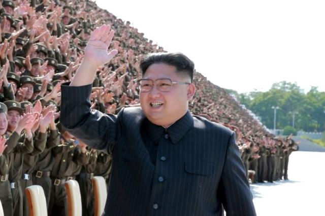 Imagen de archivo del líder de Corea del Norte Kim Jong Un saludando durante una sesión fotográfica con participantes de un encuentro de jóvenes del Ejército norcoreano. Fotografía sin fecha divulgada por la Agencia Central de Noticias de Corea del Norte KCNA en Pyongyang.  KCNA via REUTERS/Imagen de archivo ATENCIÓN EDITORES - ESTA IMAGEN FUE PROVISTA POR UNA TERCERA PARTE. REUTERS NO PUDO VERIFICAR DE MANERA INDEPENDIENTE LA AUTENTICIDAD, EL CONTENIDO, UBICACIÓN O FECHA DE LA IMAGEN. NO DISPONIBLE PARA VENTAS A TERCEROS. NO DISPONIBLE PARA USO DE TERCEROS DISTRIBUIDORES DE REUTERS. NO DISPONIBLE EN COREA DEL SUR. NO DISPONIBLE PARA VENTAS EDITORIALES O COMERCIALES EN COREA DEL SUR. ESTA IMAGEN ES DISTRIBUIDA EXACTAMENTE COMO FUE RECIBIDA POR REUTERS, COMO UN SERVICIO A NUESTROS CLIENTES.
