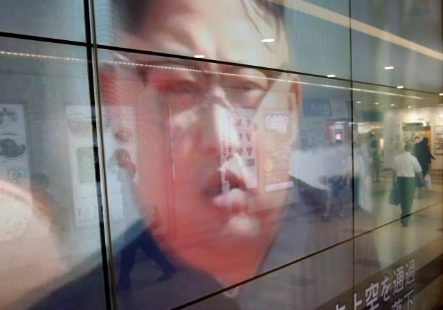 Una pantalla de televisión que informa sobre el líder de Corea del Norte, Kim Jong Un, y el lanzamiento de misiles, en Tokio, Japón, el 15 de septiembre de 2017. REUTERS/Issei Kato