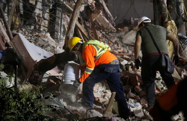 Rescuers remove debris at the site of a collapsed building after an earthquake in Mexico City, Mexico September 20, 2017. REUTERS/Henry Romero