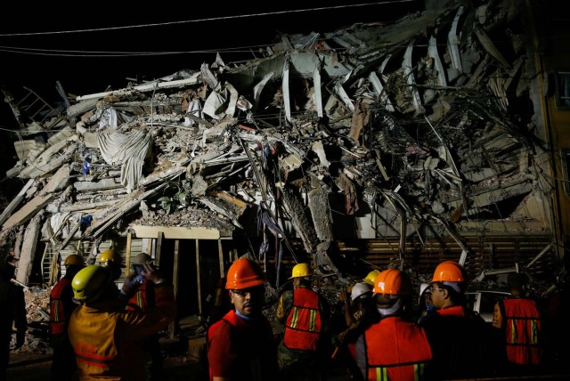 Rescuers work at a the site of a collapsed building after an earthquake in Mexico City, Mexico September 20, 2017. REUTERS/Henry Romero