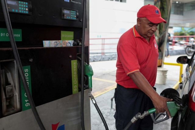 An attendant refuels a car at a gas station of Venezuelan state-owned oil company PDVSA in Caracas, Venezuela September 21, 2017. REUTERS/Marco Bello