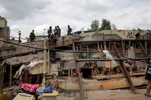 Rescatistas buscan personas atrapadas en los escombros trtas el terremoto en México. REUTERS/Jose Luis Gonzalez