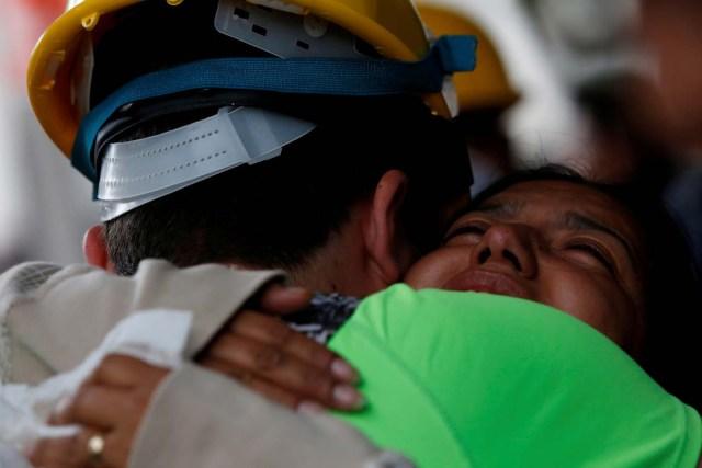 Una pariente de Maria Ortiz abraza a un rescatista que ayudó a recuperar el cuerpo de la mujer de un edificio colapsado tras el terremoto en el barrio de Condesa en Ciudad de México, México, septiembre 22, 2017. REUTERS/Carlos Jasso