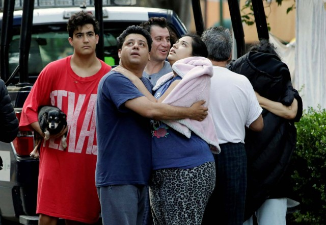 People stand together on a street after a tremor was felt in Mexico City, Mexico September 23, 2017.  REUTERS/Jose Luis Gonzalez