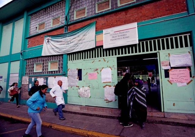 People run for refuge to a school used as a shelter after a tremor was felt in Mexico City, Mexico September 23, 2017. REUTERS/Daniel Becerril