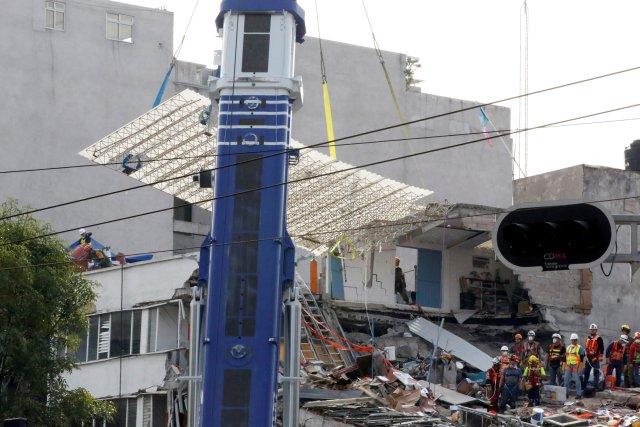 Una grúa quita los restos de un edificio derrumbado después de un terremoto en la ciudad de México, 23 de septiembre de 2017. REUTERS / Henry Romero