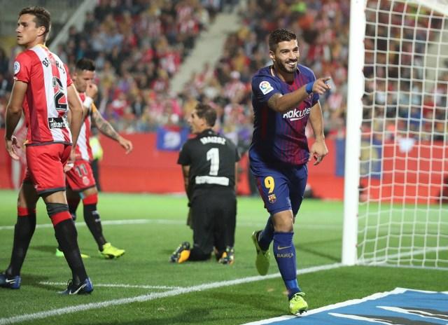 El delantero del Barcelona Luis Suárez celebra uno de los tantos de la victoria 3-0  de su equipo ante el Girona por la liga española. REUTERS/Albert Gea.