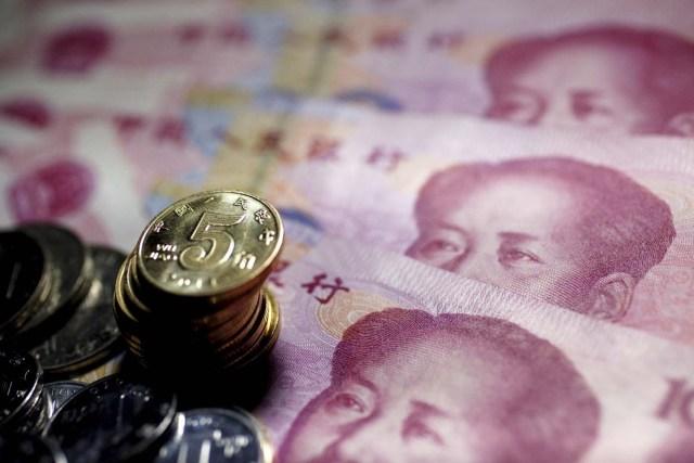 HHY02 PEKÍN (CHINA) 10/05/2011.- Billetes de 100 yuan chinos o Renminbi (RMB) y monedas, en Pekín (China), hoy, martes 10 de mayo de 2011. El valor del yuan centra hoy el segundo día de Diálogo Estratégico y Económico entre China y EEUU en medio de crecientes llamamientos a que Pekín considere una mayor flexibilidad cambiaria para controlar la inflación. EFE/HOW HWEE YOUNG