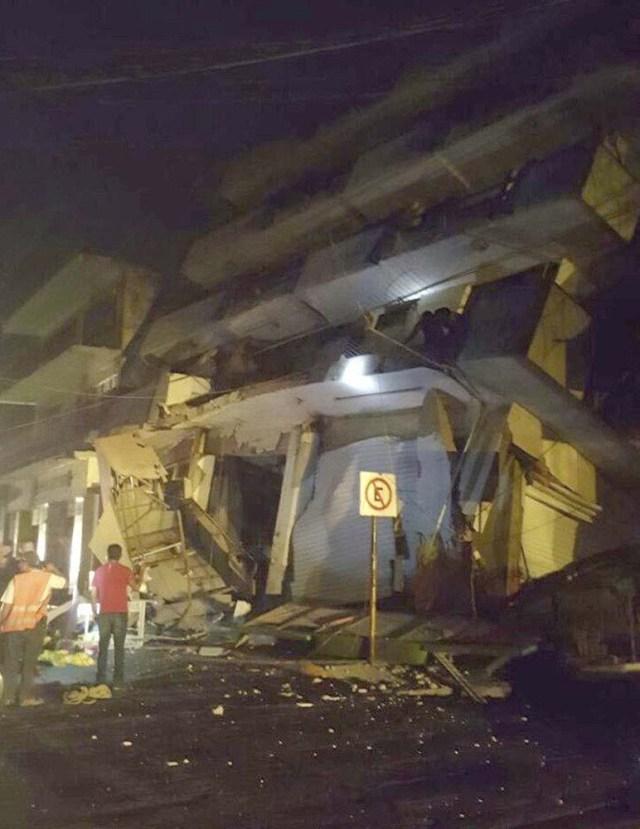 """GRA006 MATIAS ROMERO (MÉXICO),08/09/2017.- Fotografía que publica en su cuenta de Twitter las autoridades de Protección Civil del municipio de Matias Romero, en el estado de Oaxaca(México) del colapso del hotel """"Ane Centro"""" sin que hasta el momento reporten lesionados hoy, viernes 8 de septiembre de 2017, tras el fuerte sismo de magnitud ocho en la escala abierta de Richter sacudió hoy violentamente a México, con origen a 137 kilómetros al suroeste de Tonalá, en el suroriental estado de Chiapas, informó el Servicio Sismológico Nacional (SSN).EFE/PROTECCIÓN CIVIL DE MATÍAS ROMERO/SOLO USO EDITORIAL"""