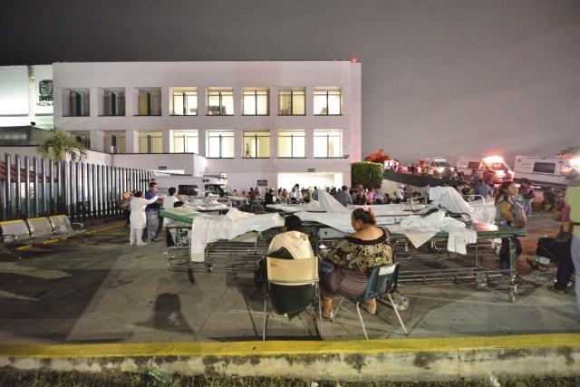 GRA008 VILLAHERMOSA (MÉXICO),08/09/2017.- Pacientes y médicos de un hospital en Villahermosa ( México) permanecen fuera hoy, viernes 8 de septiembre de 2017, tras un fuerte sismo de magnitud ocho en la escala abierta de Richter sacudió hoy violentamente a México, con origen a 137 kilómetros al suroeste de Tonalá, en el suroriental estado de Chiapas, informó el Servicio Sismológico Nacional (SSN).EFE/STR