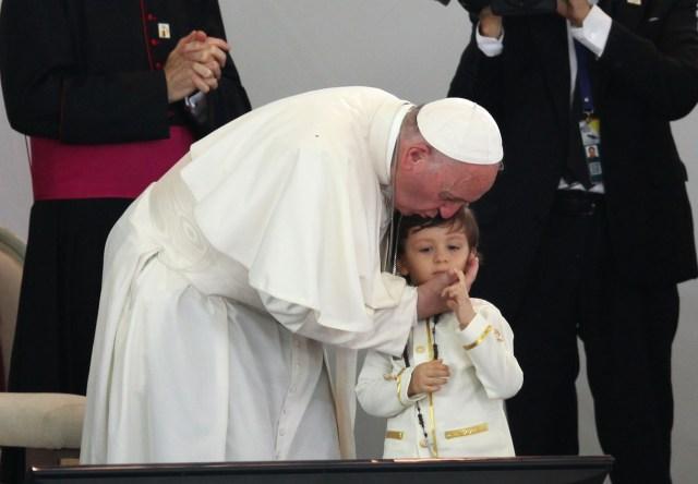 VLV8-09. VILLAVICENCIO (COLOMBIA), 08/09/2017.- El papa Francisco besa la frente de un niño en un acto para promover la reconciliación con un grupo de víctimas del conflicto armado de más de medio siglo en Colombia durante su visita a Villavicencio (Colombia), hoy, viernes 8 de septiembre de 2017. El papa se encuentra en Colombia en una visita oficial de cinco días que lo llevará también a las ciudades de Medellín y Cartagena. EFE/ERNESTO GUZMÁN JR