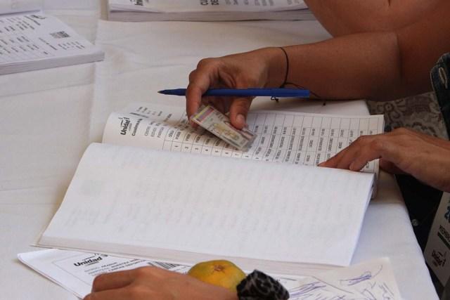 """CAR24. SAN CRISTÓBAL (VENEZUELA), 10/09/2017.- Vista de una mesa electoral en la votación de las primarias de la alianza Mesa de la Unidad Democrática (MUD) hoy, domingo 10 de septiembre del 2017, en San Cristóbal (Venezuela). El diputado opositor venezolano Henry Ramos Allup aseguró hoy que la participación de los ciudadanos en las primarias de la alianza Mesa de la Unidad Democrática (MUD) para elegir candidatos unitarios para las elecciones de gobernadores se está produciendo """"por encima de lo estimado"""". EFE/Gustavo Delgado"""