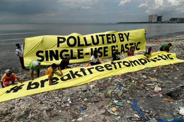 Una pancarta de Greenpeace denuncia la polución por el uso de plásticos durante una campaña para recolectar deshechos plásticos en la costa de la isla de la Libertad en Paranaque, al sur de Manila en Filipinas, hoy, 14 de septiembre de 2017 / Foto: EFE