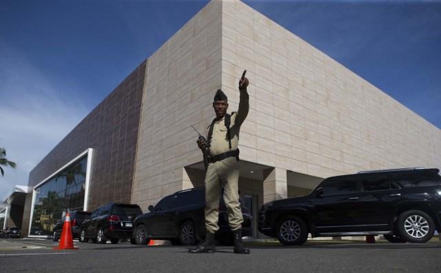 STO22. SANTO DOMINGO (REPÚBLICA DOMINICANA), 14/09/2017.- Un guarda de seguridad se para frente a la sede de la cancillería hoy, jueves 14 de septiembre de 2017, en Santo Domingo (República Dominicana). Representantes del Gobierno y de la oposición de Venezuela prosiguen hoy por segundo día consecutivo los contactos en Santo Domingo para abrir un nuevo diálogo encaminado a cerrar la crisis que vive ese país. EFE/Orlando Barría