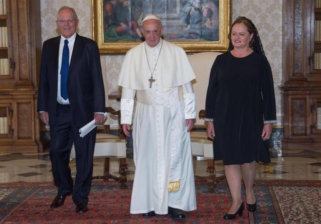 El papa Francisco recibe al presidente de Peru, Pablo Kuczynski, (izq), y a su esposa Nancy Lange, en audiencia privada en el Vaticano hoy, 22 de septiembre de 2017. EFE/GIORGIO ONORATI / POOL