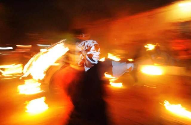 Dicha fiesta tiene lugar en la calle principal de ese municipio cada 31 de agosto,  y  consiste en un juego en el cual dos bandos de jóvenes se lanzan bolas elaboradas con tela y prendidas en fuego. Foto Archivo