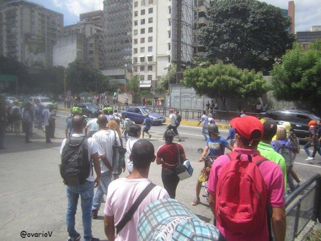 Funcionarios disolvieron la protesta a las afueras del Centro Sambil (Foto: @OvarioV)